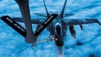 来自英国米尔登霍尔皇家空军基地的美国空军第100空中加油联队KC-135为F-16战斗机和F-18超级大黄蜂舰载机空中加油-三叉戟演习期间