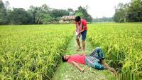 农村搞笑视频: 男子想作弄别人, 没想到是个套路