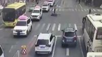 交警正在路口进行交通执法 监控却突然拍到这样一幕!