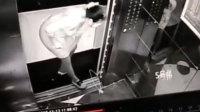 气愤!女子为了等人 竟用晾衣架逼停电梯