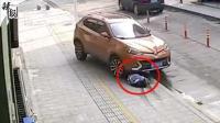 惊险万分!女子蹲车头玩手机被碾压