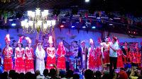 在吐鲁番看民族歌舞表演--男博万视觉