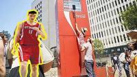 只要跳的够高就能免费喝可乐? 日本人这个售卖机姚明能把它喝破产!