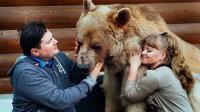 外国夫妻收养一只小熊, 养了25年之后, 体重达到了300多斤