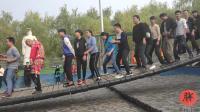 网红桥现场视频, 桥中间的光头帅哥, 你们是来搞笑的吗?
