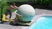 小伙自制1400斤泡澡球, 推进泳池瞬间融化, 秒变恒河水!