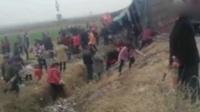 货车翻车村民哄抢甘蔗 司机:让别拿整根的没人听