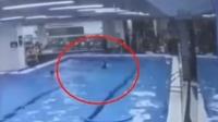 女子泳池溺水两分钟无人救 靠求生欲上岸