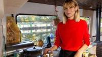 英国一女演员买不起房子, 花16万买艘破船, 独自改造成水上房屋