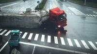 大货车闯红灯侧翻 电驴擦肩而过躲过一劫
