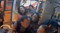 女子抱狗上公交车被拒 大骂司机还开闪光