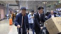 现场:张艺谋携妻现身台北机场 一大箱食品礼盒抢镜