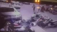 小车突然冲向人行道 撞飞女子怼翻多辆摩托车