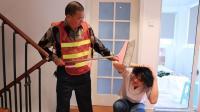 员工当着保洁的面骂老板, 谁知保洁身份不凡, 员工下场悲催了
