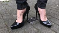 看国外小姐姐实验高跟鞋威力