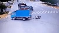 电动车横穿马路遭两货车夹击 两回死里逃生