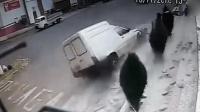 汽车突然失控冲向路边 工人神反应死里逃生