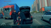 两男子抢走货车掉落芝麻油 塞后备箱离开