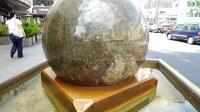 喷泉顶重达几百斤的石球能随意转? 看大爷生产过程才知咋实现的!