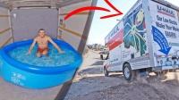 小哥挑战在移动卡车里泡澡效果和过山车差不多