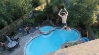 国外小哥作死从二楼跳进楼下泳池, 隔着屏幕都觉得脚下不稳!