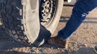 铁头鞋有多结实? 老外穿上它用大货车碾压, 你猜脚怎么样了?
