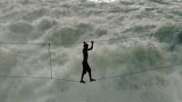 脚下只有一根钢索, 穿过世界最湍急的河流, 只为捕鱼养活一家7口