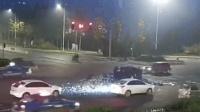 三轮闯红灯与出租车相撞 满车餐具瞬间碎成礼花