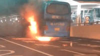广州白云机场一大巴车自燃 现场有明显火光