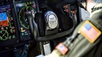 美国空军极其强大的C-5M超级银河战略运输机-空勤人员进行飞行中的医疗护理和空中加油-驾驶舱视角