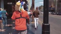 男子在美国街头卖糖葫芦, 老外: 这是啥玩意, 看着有点恶心啊