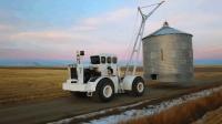 这台大拖拉机又派上用处了, 不用来耕地, 吊运这个仓储箱大显身手