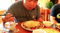 新疆胖纸哥吃奇台拌面, 一盘子要吃好几口, 关键肉给的真多