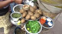 印度街头的特色小吃, 全是用煮熟的土豆制作而成, 纯绿色食品了