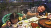 大神和桐桐去吃火锅, 这么辣的火锅, 你能吃吗?