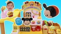 苏菲娅在迪士尼滑行汉堡机上得到米奇扭蛋玩具的过家家游戏