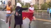 马拉松选手被递国旗干扰憾失金牌/熊孩子雨伞卡电梯/央行发2万枚纪念币