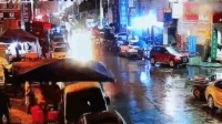 宝马小区门口失控连撞6车 致3名行人受伤