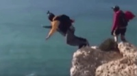 男子悬崖跳伞伞未打开 15秒直坠近百米重摔惨死