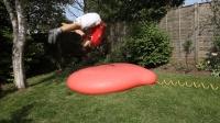 老外用灌满水的气球做蹦床, 跳上去的瞬间, 不知该哭还是该笑!