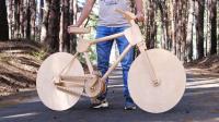 外国小哥脑洞大开, 用木头做了辆自行车, 不怕硌屁股吗?