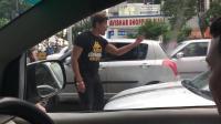 面对嚣张的路怒男, 轿车司机忍无可忍, 直接开车撞过去!