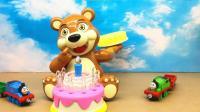 托马斯和培西玩小熊扔蛋糕游戏