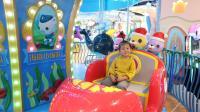 苏菲娅在海底小纵队亲子乐园里玩太空沙和旋转木马的儿童故事