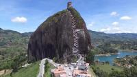 这块巨石重达10万吨, 用一层层阶梯缝合, 游客好奇阶梯是怎么造的?
