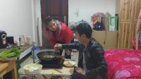 老公做火锅的时候, 老婆说不吃要去逛街, 饭做好了提着包回来了