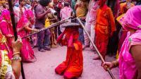 印度男人最痛苦的一天: 被女人痛揍不能还手!