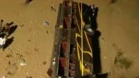 印度大巴为躲避水牛 失控坠桥至少12人死亡