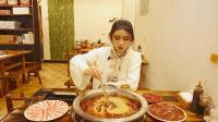 小姐姐演绎一个人吃火锅大法 火锅爬爬虾吃出别样乐趣