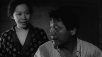 日本黑白惊悚片《砂之女》, 男子误入古怪村庄, 房子建在沙坑中